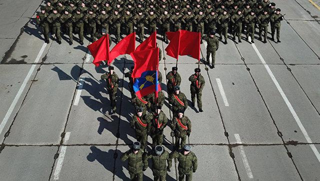 Военнослужащие во время репетиции Парада Победы на военном полигоне Алабино