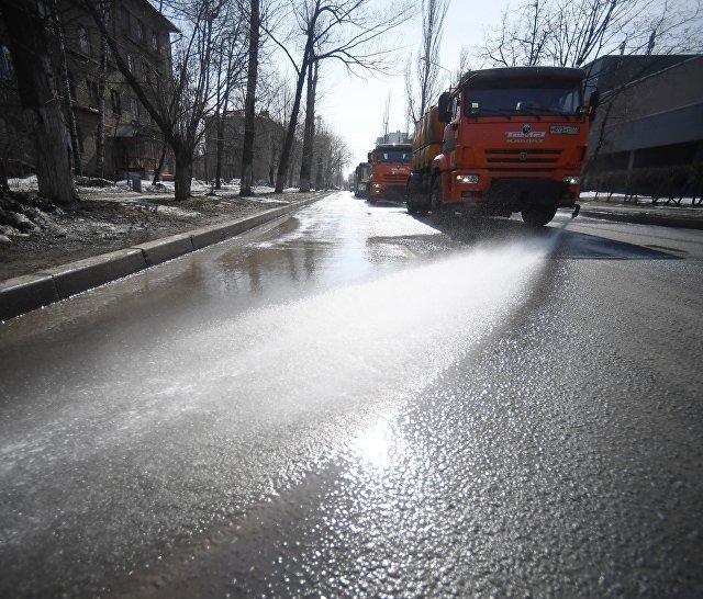 Спецтехника поливает дорогу в Юго-Восточном административном округе города Москвы