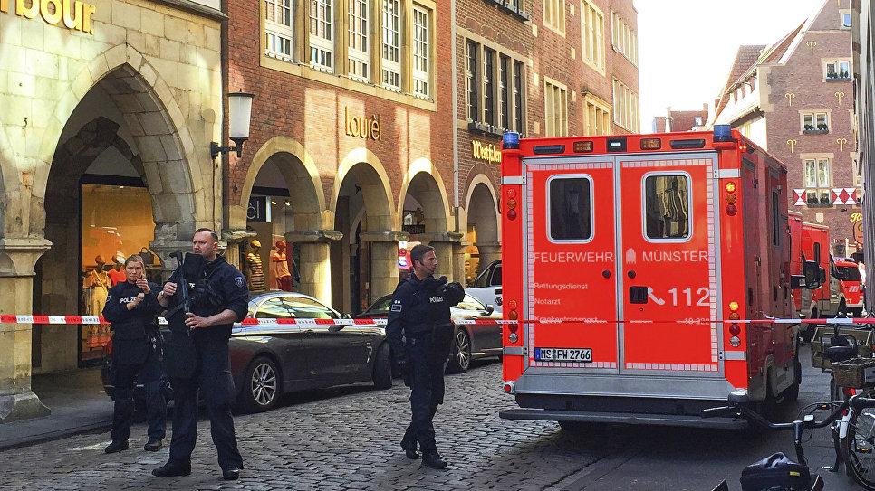 Пожарные в центре Мюнстера, где произошел наезд, Германия. 7 апреля 2018
