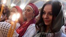 Прихожане во время пасхальной службы в храме Сошествия Святого Духа в Казани