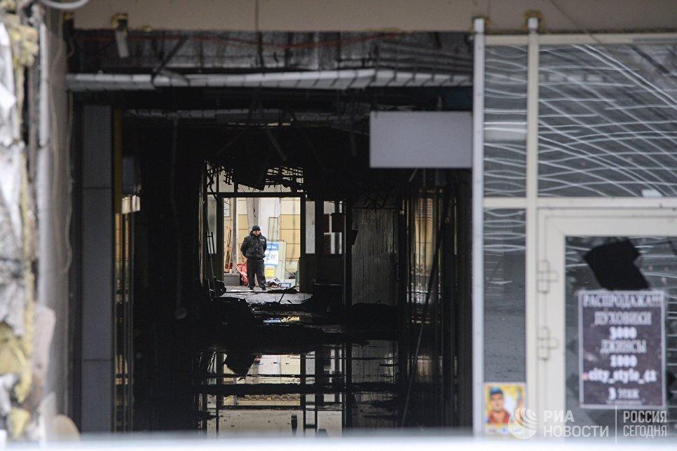 Вход в здание торгово-развлекательного центра Зимняя вишня после пожара в Кемерово. Архивное фото