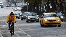 Велосипедист едет по велодорожке в Москве. архивное фото