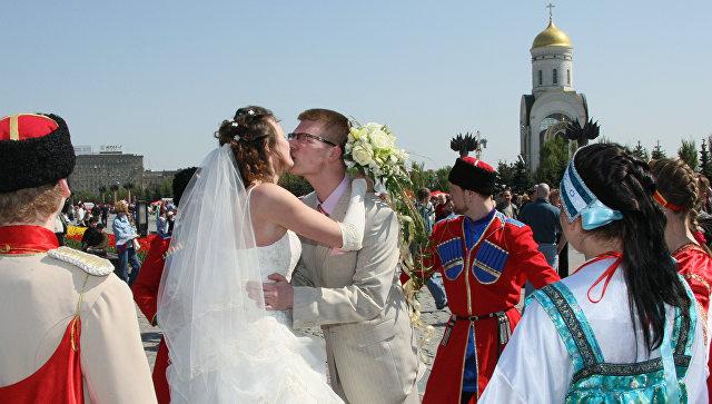 Свадебные гуляния накануне Красной горки на Поклонной горе