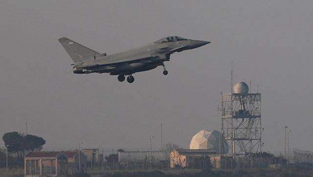 Французский истребитель готовится к посадке на британской военной базе на Кипре, 14 апреля 2018