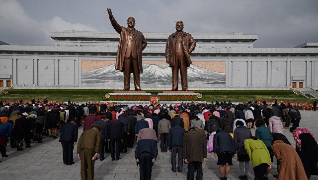 Жители КНДР у монумента лидерам Ким Ир Сену и Ким Чен Иру. 15 апреля 2018