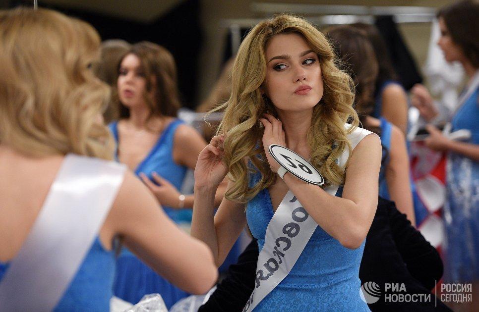 Одна из финалисток конкурса Мисс Россия-2018 в гримерной перед началом конкурса в концертном зале Барвиха. 14 апреля 2018