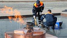 Сотрудники Мосгаз проводят профилактику Вечного огня на Поклонной горе в Москве