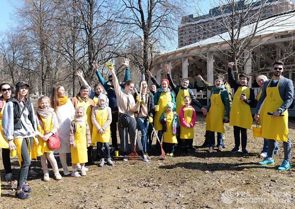 Участники общегородского субботника в Парке искусств Музеон
