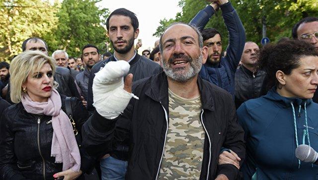 Лидер партии Гражданский договор Никол Пашинян во время акции протеста сторонников оппозиции в Ереване. 16 апреля 2018