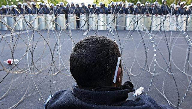 Мужчина на улице Еревана, где проходит акция протеста сторонников оппозиции. Архивное фото