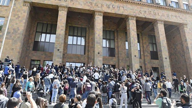 Москва убеждена, что ситуация в Армении будет решена демократическим путем