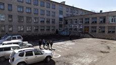 Двор общеобразовательной школы №1 в Стерлитамаке, где ученик коррекционного класса напал с ножом на учительницу и поджег класс информатики. 18 апреля 2018