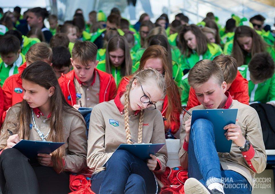 Участники ежегодной образовательной акции по проверке грамотности Тотальный диктант-2018 в международном детском центре Артек
