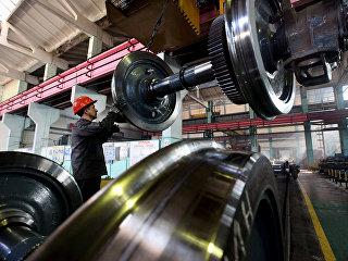 Рабочий в сборочном цехе локомотиворемонтного завода. Архивное фото