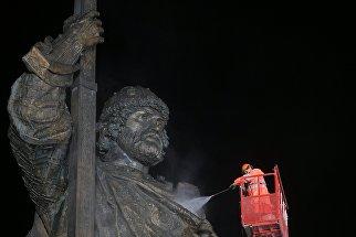 Работники коммунальных служб моют памятник князю Владимиру на Боровицкой площади в Москве