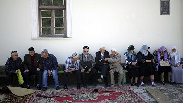 Местные жители у мечети Кебир-джами в Симферополе