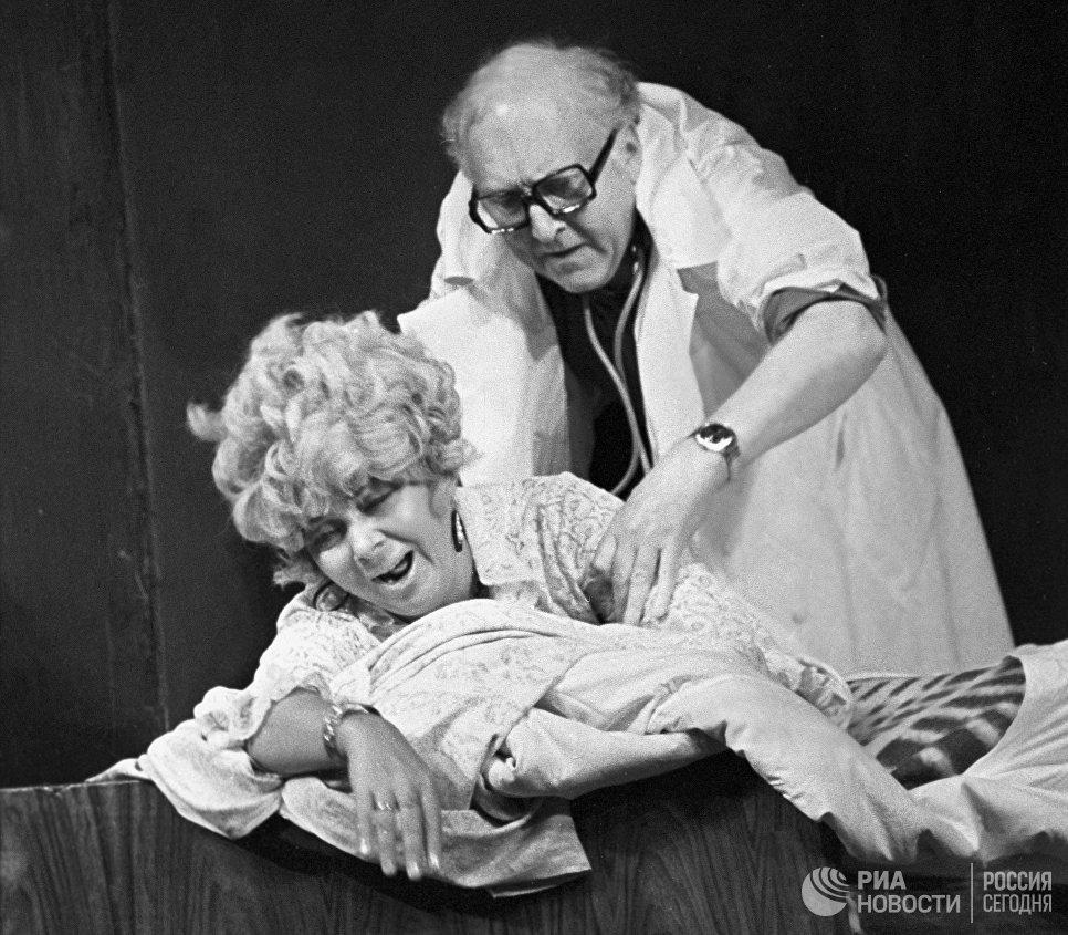 Заслуженные артисты РСФСР Нина Дорошина и Александр Вокач в одной из сцен спектакля Провинциальные анекдоты в театре Современник