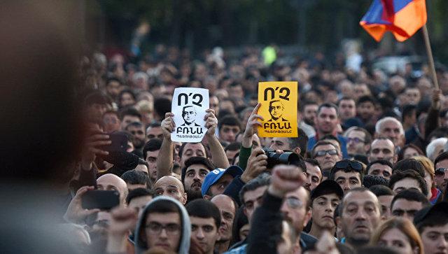 Участники акции протеста сторонников оппозиции на площади Республики в Ереване. Архивное фото