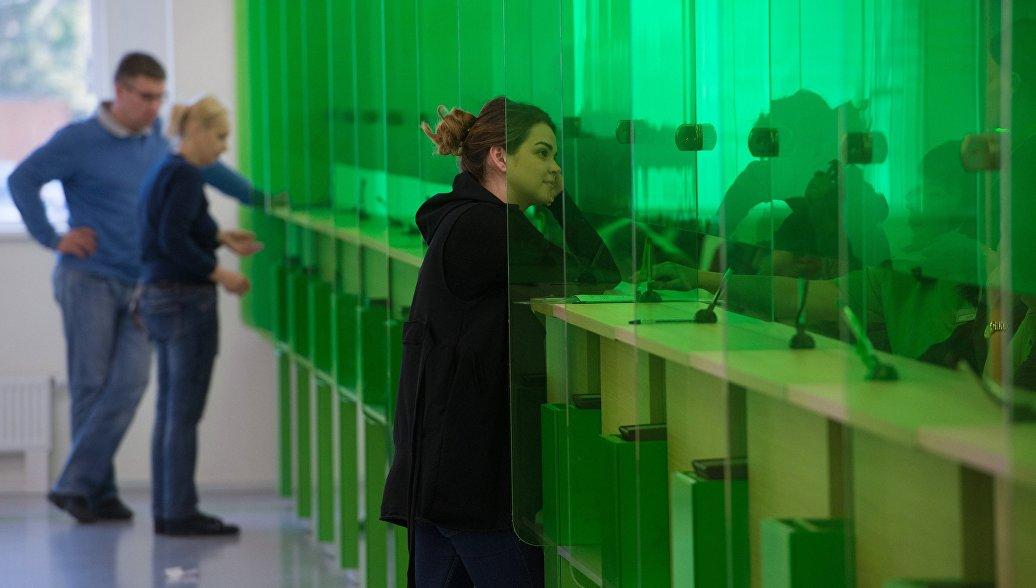 Подача документов на получение шенгенских виз. Архивное фото