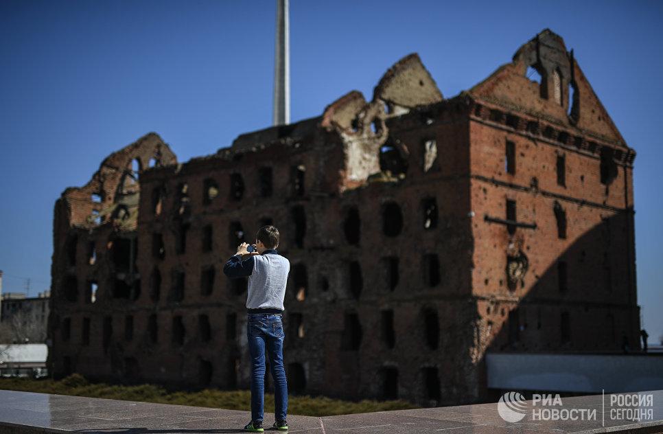 Юноша фотографирует руины мельницы Гергардта на территории музея-заповедника Сталинградская битва в Волгограде