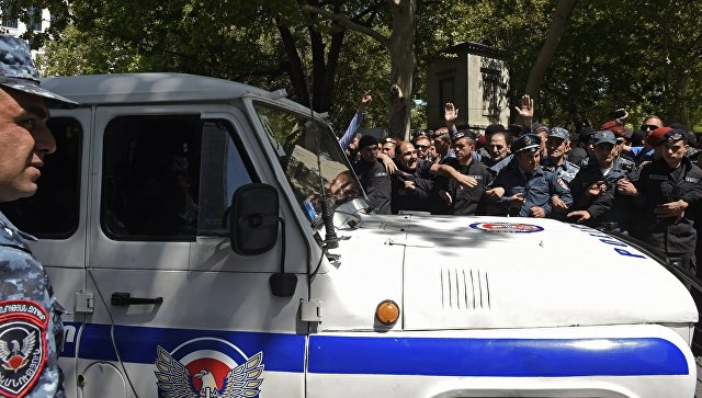 В Кремле следят за ситуацией в Армении, заявил Песков