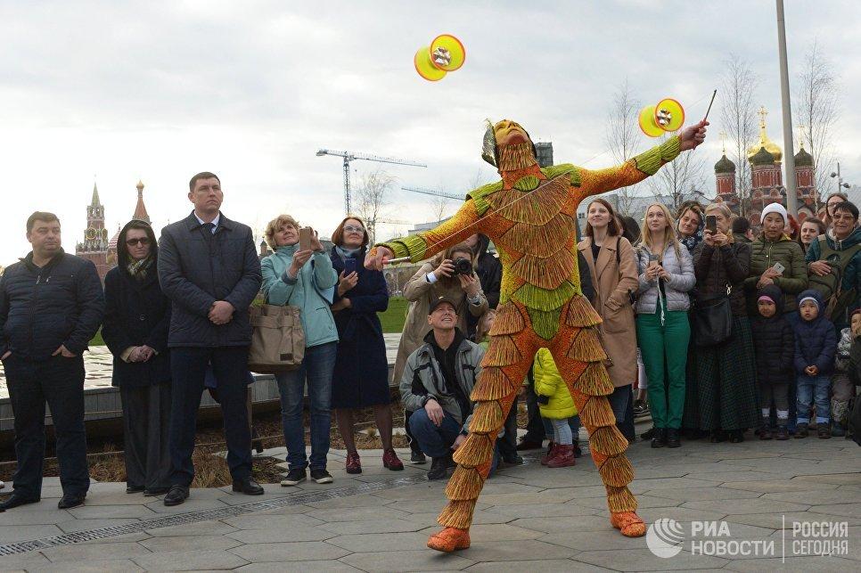Артист Cirque du Soleil выступает на открытии летнего сезона в парке Зарядье в Москве