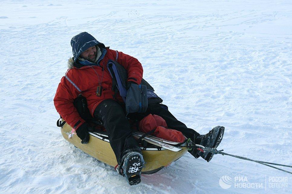 Руководитель 10-й Большой арктической экспедиции, полярник Матвей Шпаро на Северном полюсе.