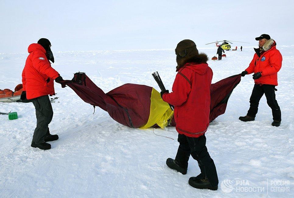 Участники 10-й Большой арктической экспедиции под руководством полярника Матвея Шпаро на Северном полюсе.