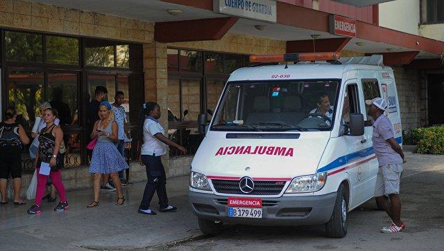 Автомобиль скорой помощи возле больницы в Гаване. Архивное фото