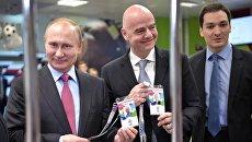 Президент РФ Владимир Путин получил удостоверение во время посещения в Сочи Центра выдачи паспортов болельщиков чемпионата мира по футболу 2018 в России. 3 мая 2018 года