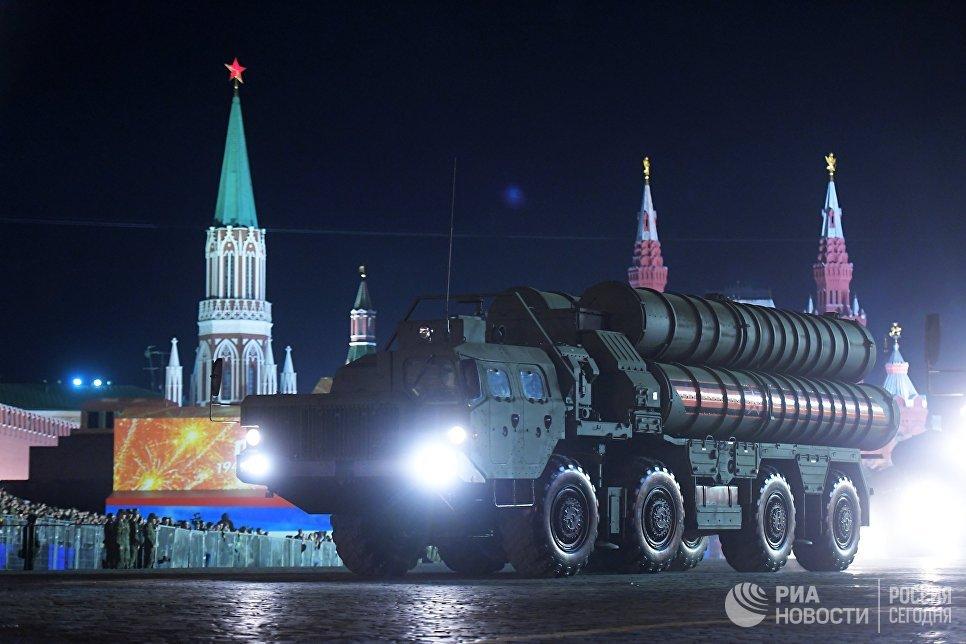 Транспортно-пусковая установка зенитного ракетного комплекса С-400 Триумф на репетиции военного парада на Красной площади, посвященного 73-й годовщине Победы в Великой Отечественной войне