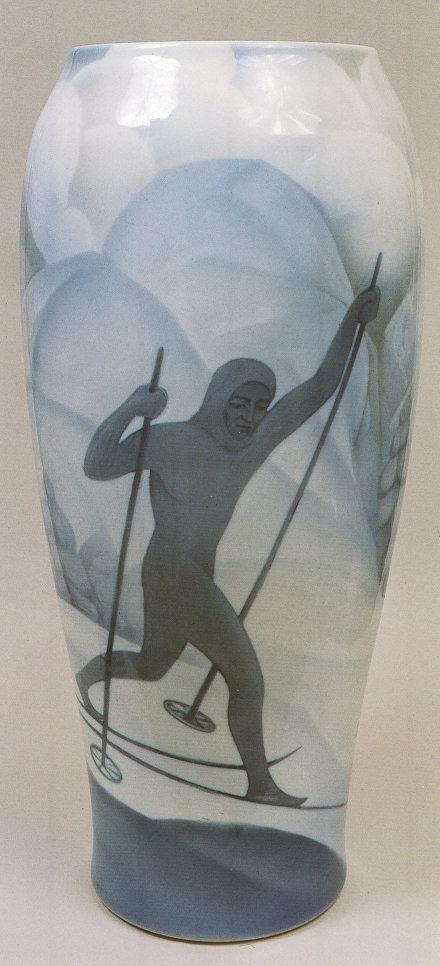 Рудольф Вильде (под вопросом). Ваза с изображением лыжников. Первая половина 1930-х. ЛФЗ. Фарфор, роспись подглазурная