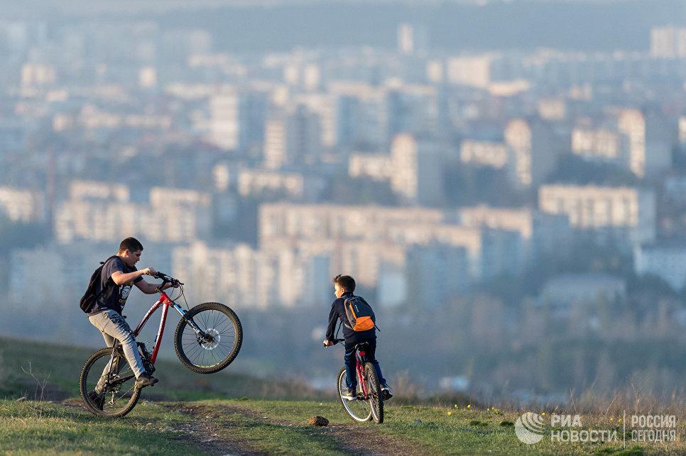 Отдыхающие на велосипедной прогулке в пригороде Симферополя