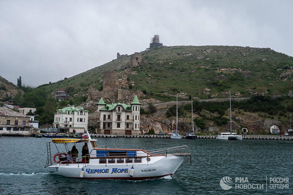 Вид на Генуэзскую крепость с моря в Судаке