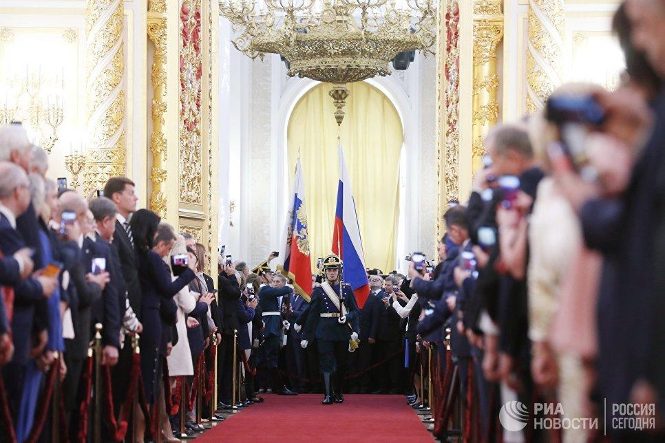 Солдаты Президентского полка вносят штандарт президента РФ и государственный флаг РФ на церемонии инаугурации президента РФ Владимира Путина. 7 мая 2018