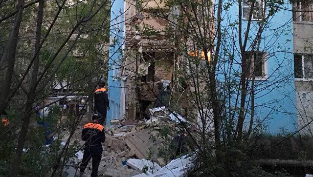 Спасатели на месте обрушения части жилого дома в Саратове. 7 мая 2018