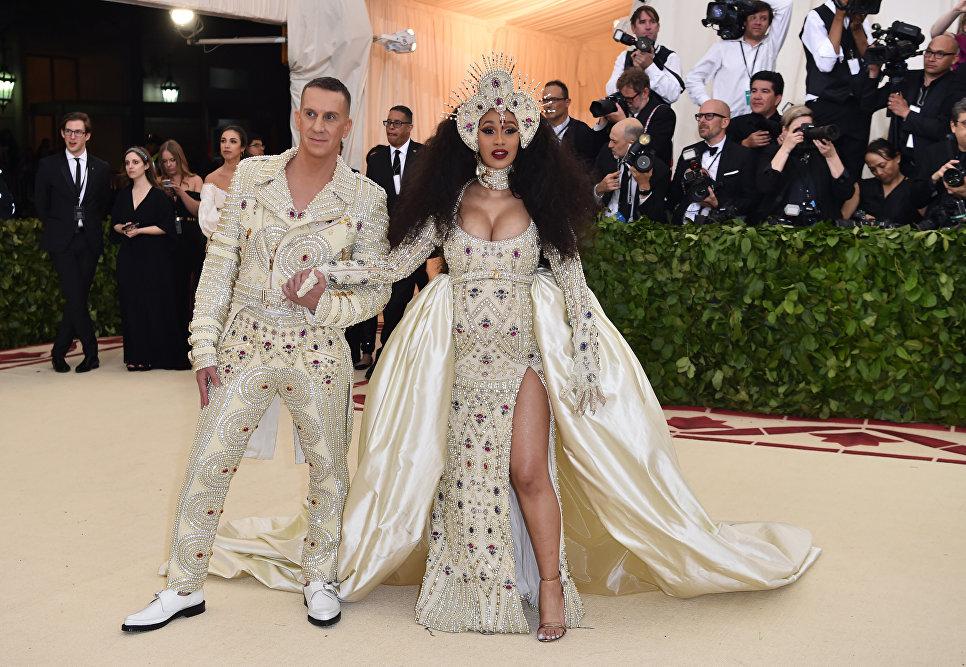 Певица Карди Би (Cardi B) и дизайнер Джереми Скотт на балу Института костюма Met Gala в Нью-Йорке