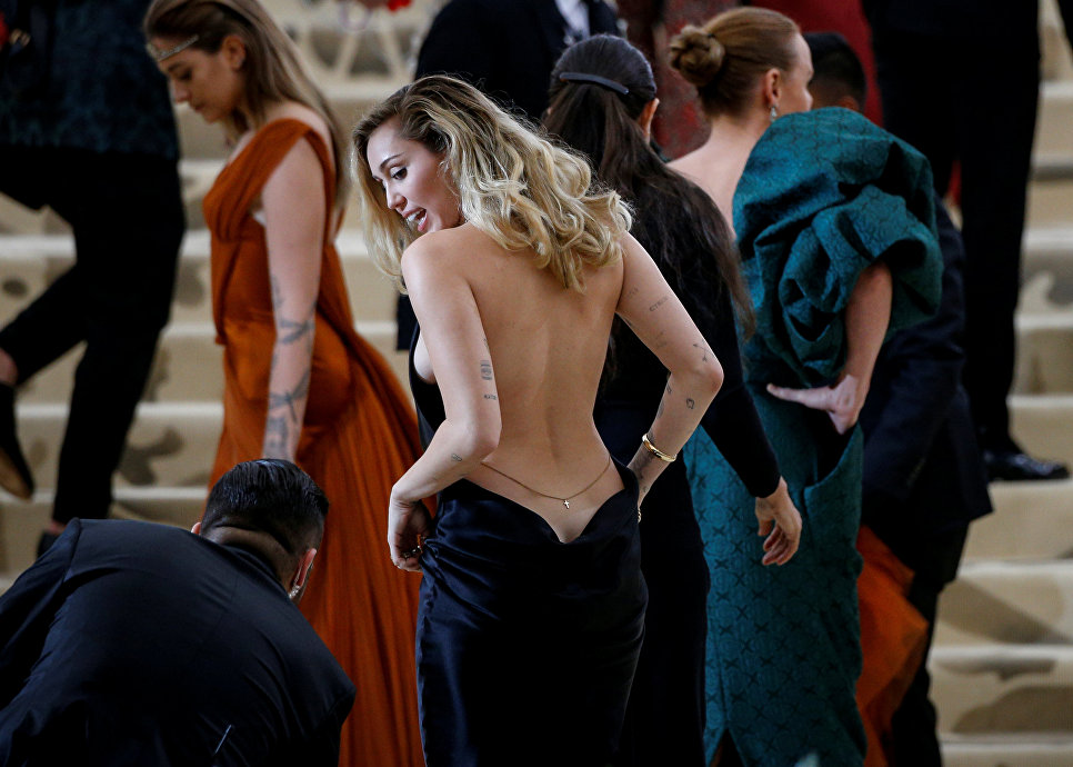 Певица Майли Сайрус на балу Института костюма Met Gala в Нью-Йорке