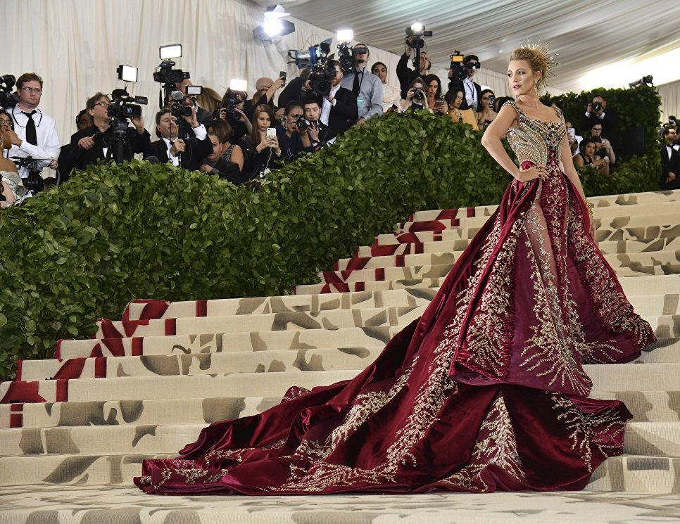 Актриса и фотомодель Блейк Лайвли на балу Института костюма Met Gala в Нью-Йорке