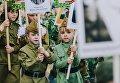 Участники акции Бессмертный полк, проходящего в рамках детского парада Победы Дорогами памяти в Иванове. 8 мая 2018 года