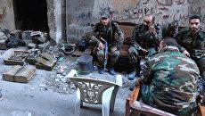 Военнослужащие в районе бывшего лагеря палестинских беженцев Ярмук в южном пригороде Дамаска. Архивное фото