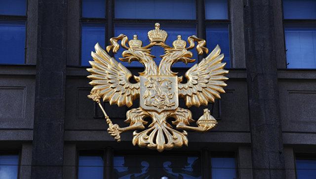 Герб на здании Государственной Думы РФ на улице Охотный ряд в Москве. Архивное фото