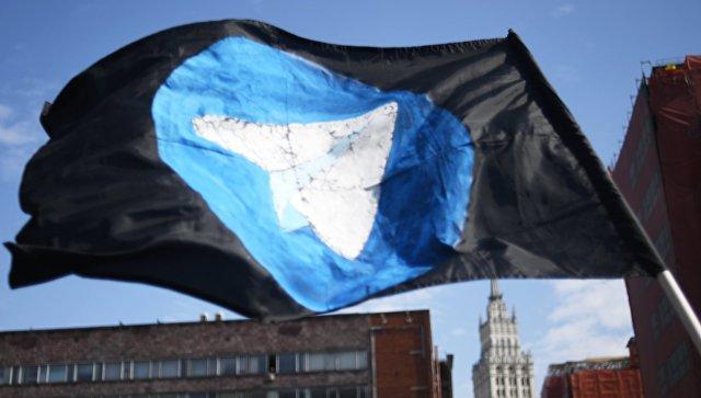 Флаг с логотипом мессенджера Telegram. Архивное фото