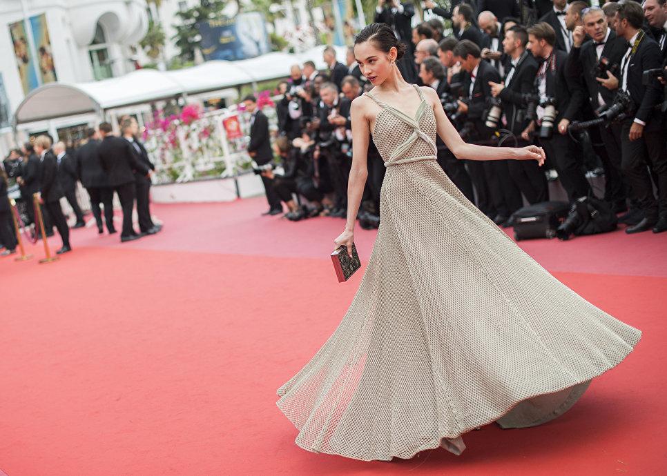 Модель Кико Мидзухара на красной дорожке 71-го Каннского международного кинофестиваля