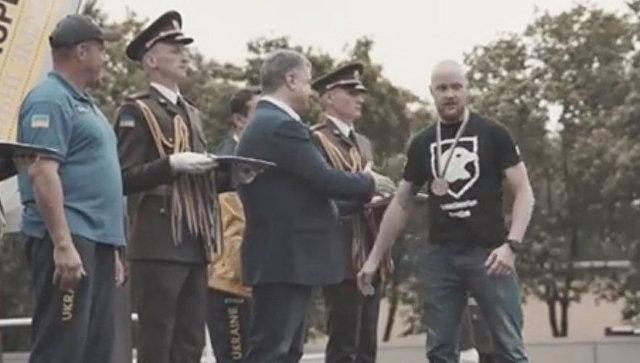 Скриншот видео церемонии награждения участников соревнований Invictus Games с участием президента Украины Петра Порошенко