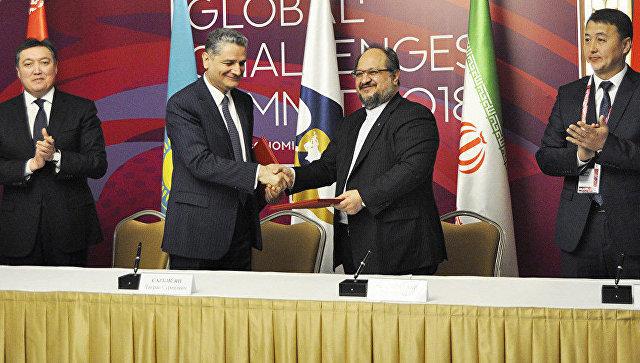 Во время подписания временного соглашения между ЕАЭС и Ираном о создании зоны свободной торговли в ходе Астанинского экономического форума. 17 мая 2018