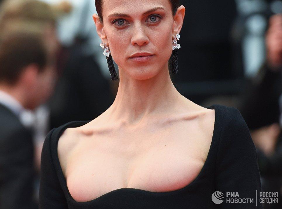 Французская актриса и модель Эмилин Валаде на красной дорожке в рамках 71-го Каннского международного фестиваля