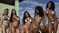 Девушки в бикини из изоленты, стилизованных под флаги разных стран. Белу-Оризонти, Бразилия