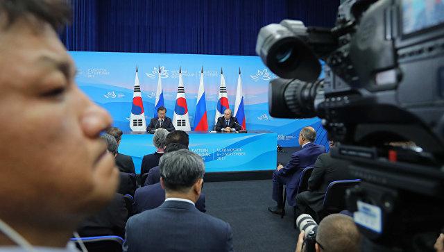 Президент РФ Владимир Путин и президент Республики Кореи Мун Чжэ Ин на Восточном экономическом форуме. 2017 год