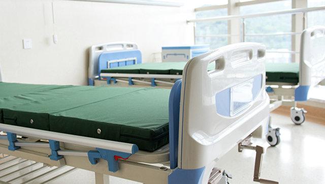 Пустая больничная койка. архивное фото